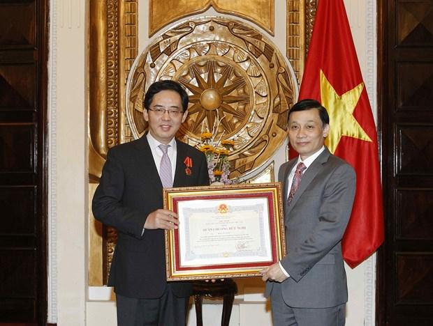 越南向中国驻越大使洪小勇授予友谊勋章 hinh anh 1