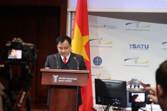 越南驻乌克兰大使同基辅市长交谈 hinh anh 1