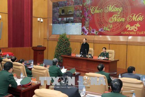 越南国家主席陈大光向春节在岗值班人员拜年 hinh anh 2