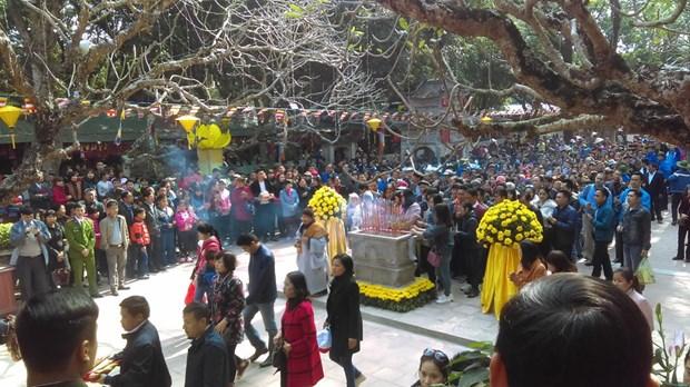 春节假期期间四面八方游客前往全国各地著名遗迹参观游览 hinh anh 2