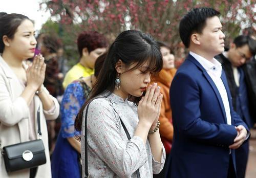 年初上寺庙烧香拜佛——越南人的美俗 hinh anh 1