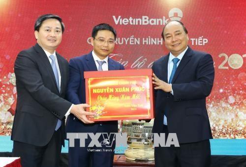 政府总理阮春福来到Vietinbank和Vietcombank两家银行拜年 hinh anh 1