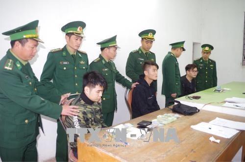 广宁省逮捕了用假卡盗钱的三名中国籍嫌疑人 hinh anh 1