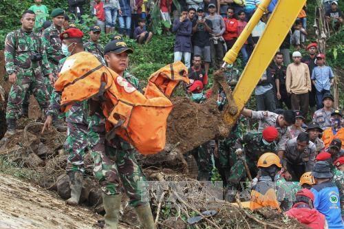 印度尼西亚爪哇发生泥石流造成20人死亡和失踪 hinh anh 1