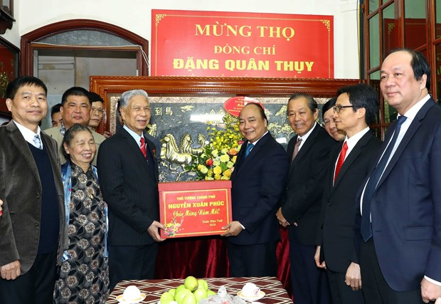 政府总理阮春福向国会原副主席邓君瑞中将祝寿 hinh anh 2