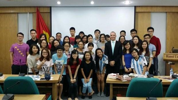 在越南留学的外国留学生欢乐体验越南传统春节活动 hinh anh 1