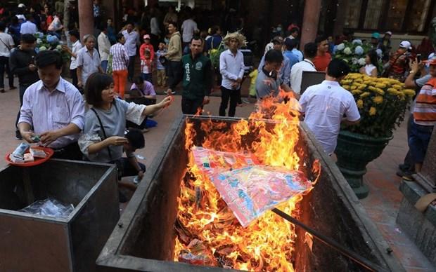 建议取消在佛教祭拜地烧纸钱和纸扎祭品的习俗 hinh anh 1
