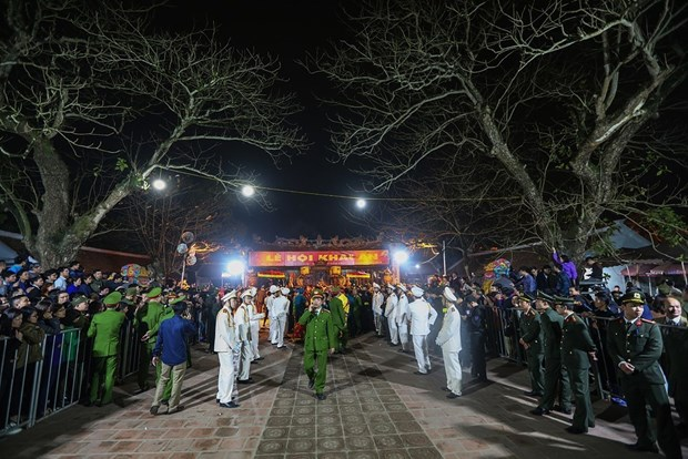 数万名游客涌入南定省参加2018戊戌年陈祠开印仪式 hinh anh 2