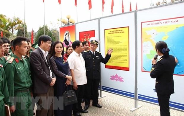 海岛与海军战士图片资料展在山罗省举行 hinh anh 1
