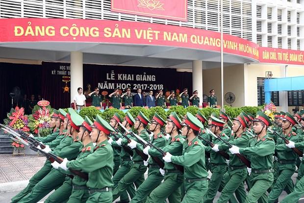 英国国防部向越南两所军事学院赠送英语教材 hinh anh 1