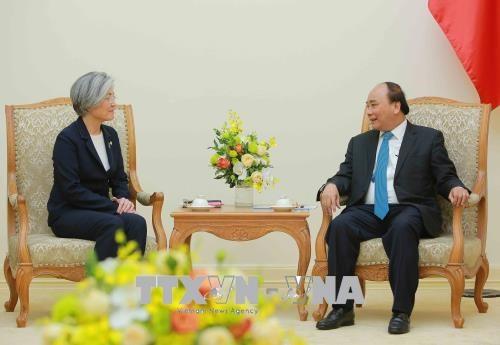 越南政府总理阮春福会见韩国外长康京和 hinh anh 1