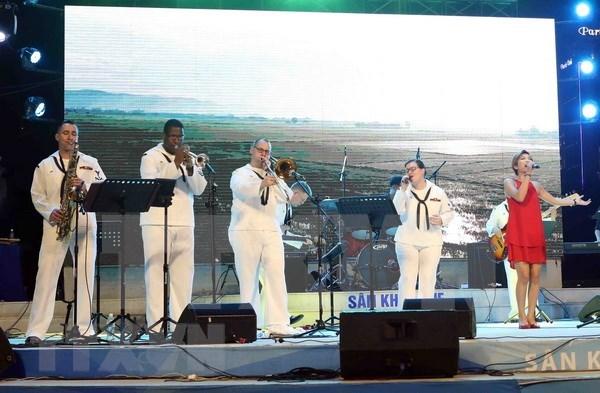 美国海军第七舰队乐队参加在岘港市进行文艺演出 hinh anh 1