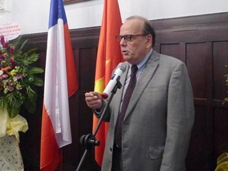 """智利驻越南大使荣获""""致力于各民族和平友谊""""纪念章 hinh anh 1"""
