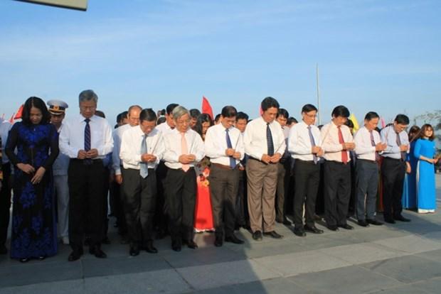 庆和省代表团向鬼鹿角礁64位英烈敬香 hinh anh 1
