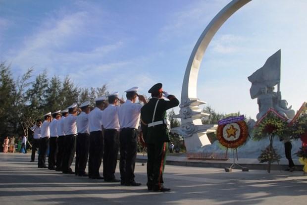 庆和省代表团向鬼鹿角礁64位英烈敬香 hinh anh 2
