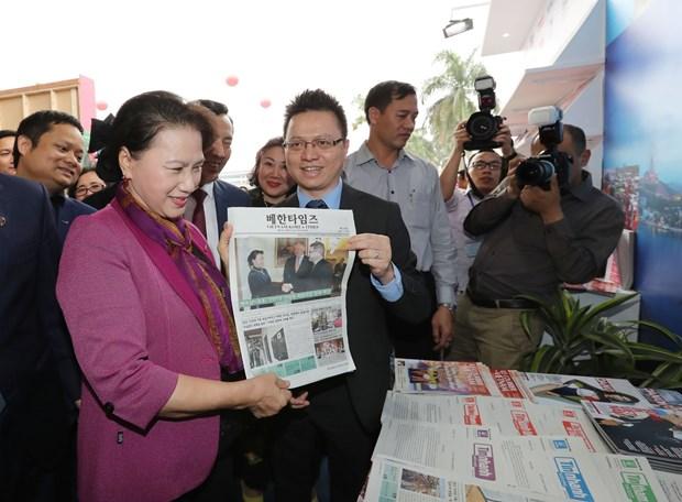 国会主席阮氏金银参观2018年越南全国报刊展 hinh anh 2