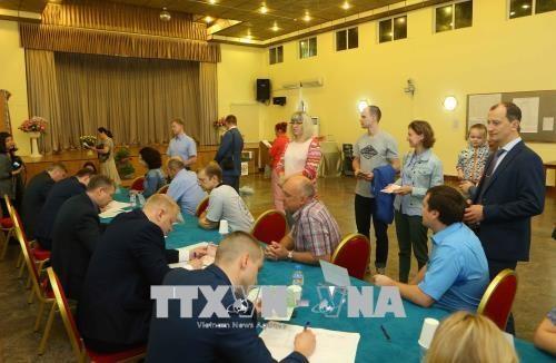 18日 在越南俄罗斯公民陆续参加总统选举投票 hinh anh 2
