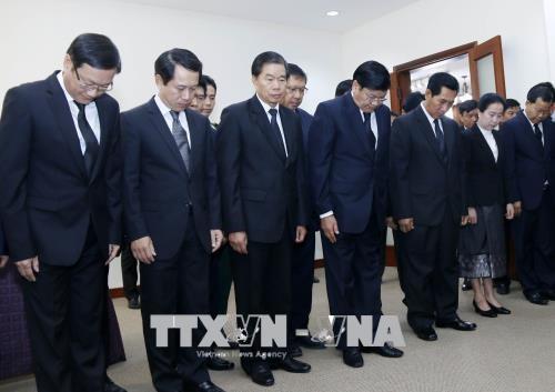 老挝党和国家领导前往越南驻老挝大使馆吊唁越南前政府总理潘文凯 hinh anh 1