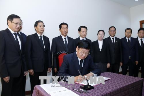 老挝党和国家领导前往越南驻老挝大使馆吊唁越南前政府总理潘文凯 hinh anh 2