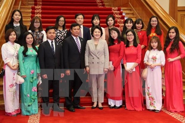 韩国总统文在寅夫人金正淑会见在韩越南留学生代表 hinh anh 1