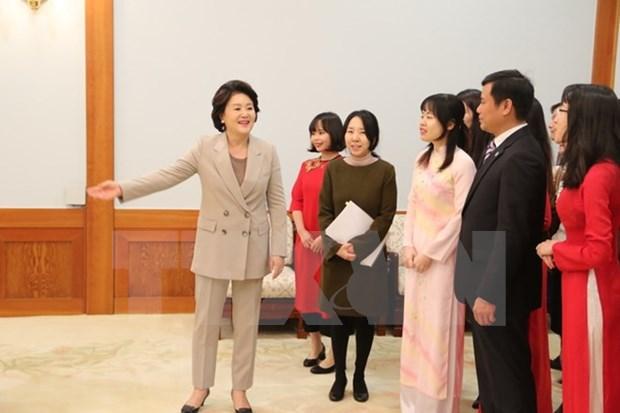 韩国总统文在寅夫人金正淑会见在韩越南留学生代表 hinh anh 2