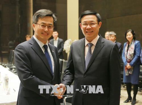 越南政府副总理王廷惠会见韩国副总理金东兖 hinh anh 1
