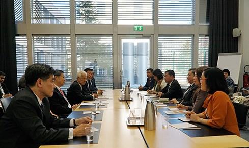 越南国会对外委员会主任阮文酉会见泰国国家立法议会第一副议长素拉差 hinh anh 1