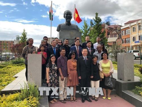 越南国会代表团同越裔马达加斯加人社群代表会面交流 hinh anh 1