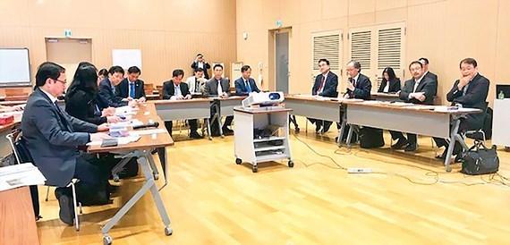 胡志明市国家大学与日本九州大学共同寻求合作商机 hinh anh 1