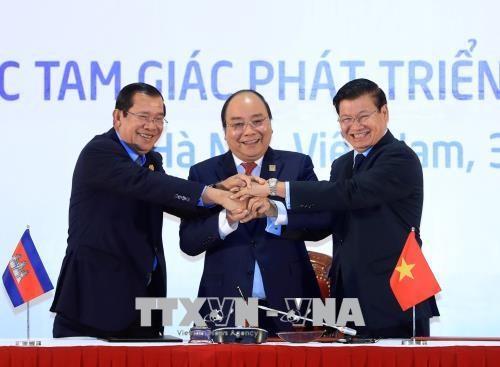 柬老越三国总理主持CLV-10 新闻发布会 hinh anh 1