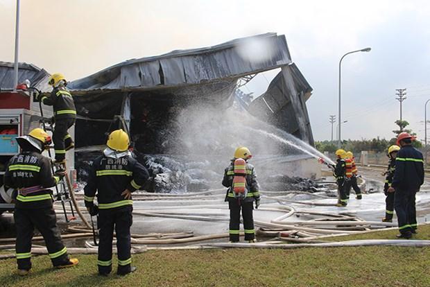 广宁省芒街市一家中国香港公司纤维厂遭火灾:中国东兴消防队前来营救 hinh anh 1