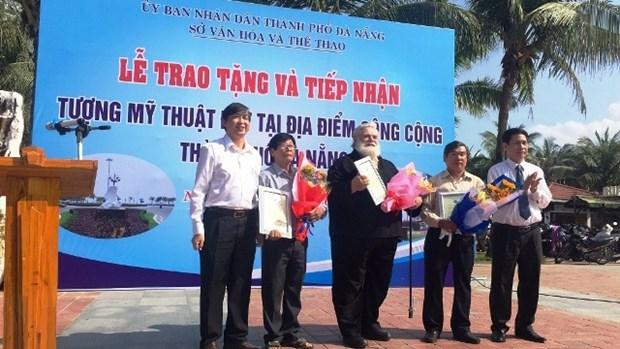 越南岘港市获赠两尊艺术雕像 hinh anh 1