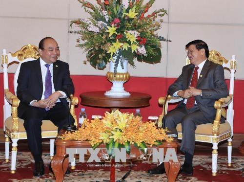 越南政府总理阮春福与老挝政府总理通伦·西苏里举行双边会晤 hinh anh 1