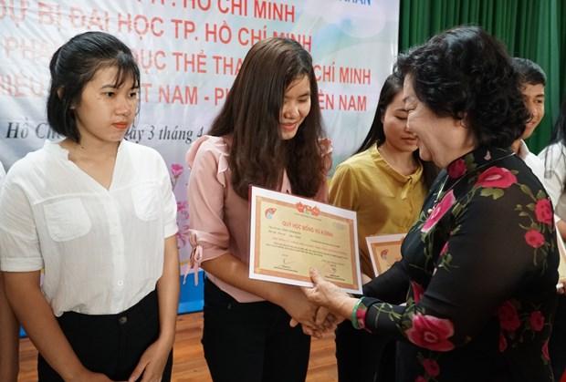 多名特困少数民族优秀学生和大学生获得武阿丁助学金 hinh anh 1