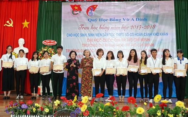 多名特困少数民族优秀学生和大学生获得武阿丁助学金 hinh anh 2