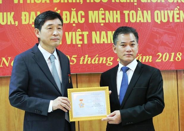 """越南友好组织联合会向韩国驻越大使授予""""致力于各民族和平友谊""""纪念章 hinh anh 1"""