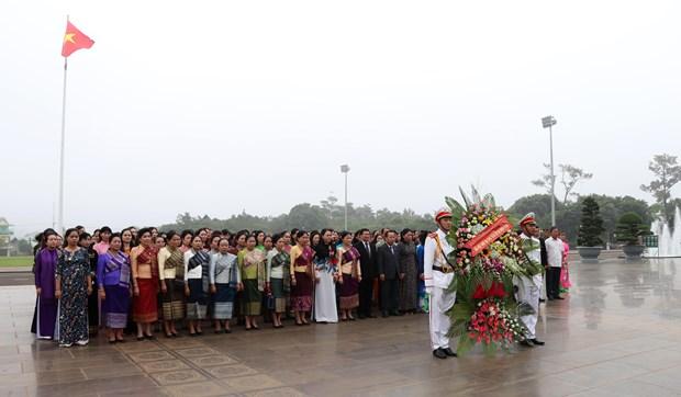 越南与老挝向两国优秀妇女授予勋章 hinh anh 2