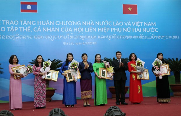 越南与老挝向两国优秀妇女授予勋章 hinh anh 1