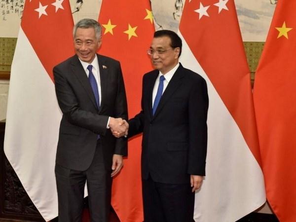 中国与新加坡承诺推动双方合作向纵深发展 hinh anh 1