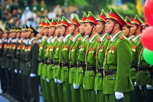 越南特大非法网络赌博案件:维护人民公安的廉洁清正 hinh anh 1