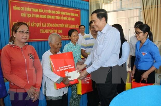 越南祖国阵线中央委员会主席陈青敏向茶荣省高棉族同胞拜年 hinh anh 1