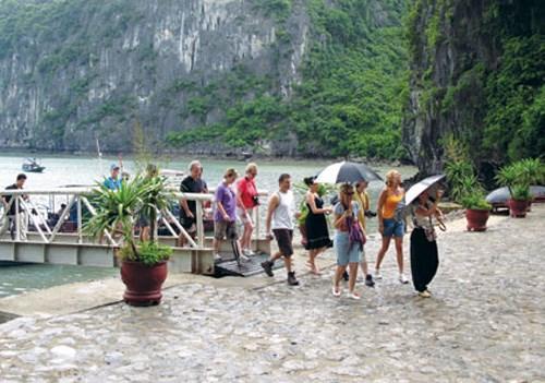 越南广宁省力争实现2018年国际游客500万人次的目标 hinh anh 1