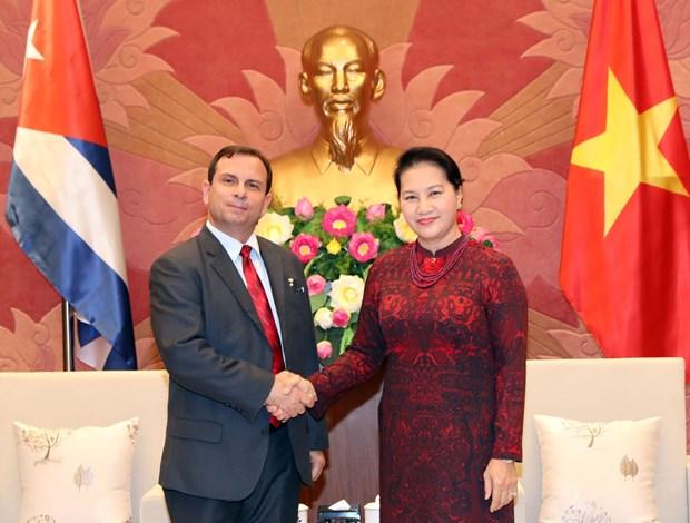 越南国会主席阮氏金银荣获古巴国务委员会授予的团结勋章 hinh anh 1
