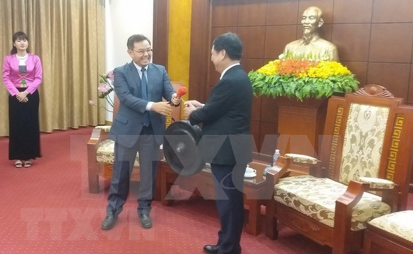 老挝建国阵线中央委员会主席访问越南和平省 hinh anh 1