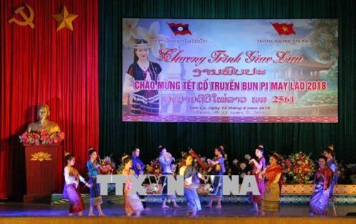在越南山罗省西北大学就读的老挝留学生欢度民族新年 hinh anh 1
