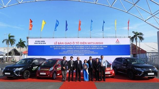 日本三菱汽车集团向岘港市交付电动汽车 hinh anh 1
