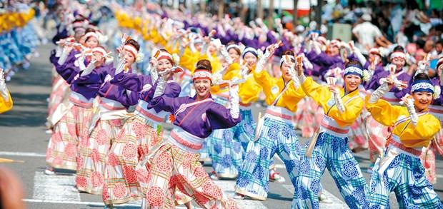日本艺术团在河内市步行街表演索朗祭传统舞蹈节目 hinh anh 2