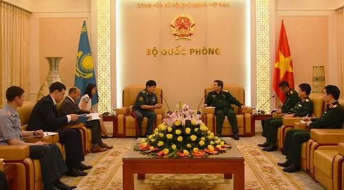越南国防部部长吴春历大将会见哈萨克斯坦国防部副部长 hinh anh 1