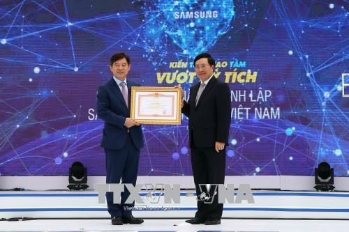 越南政府副总理范平明出席韩国三星(越南)电子有限责任公司成立10周年纪念典礼 hinh anh 2