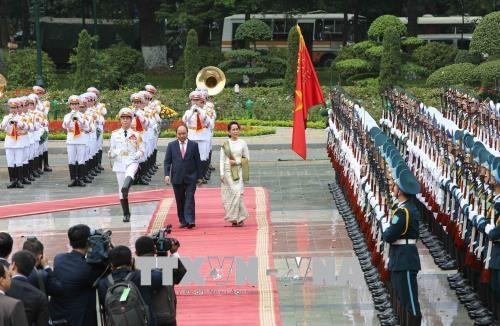 缅甸国务资政昂山素季圆满结束对越南进行的正式访问 hinh anh 1